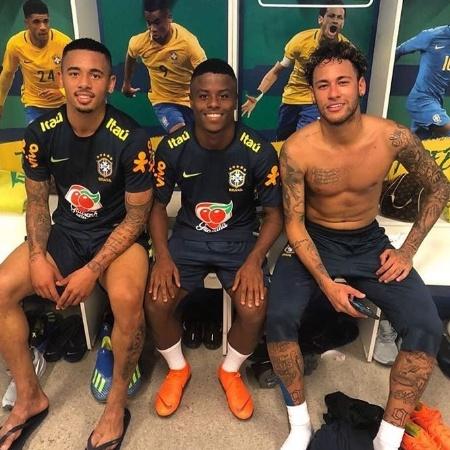 Lucas Santos em meio aos ídolos Gabriel Jesus e Neymar na Granja Comary - Divulgação / Instagram