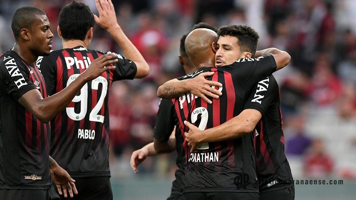 Jogadores do Atlético-PR comemoram gol diante do Vitória