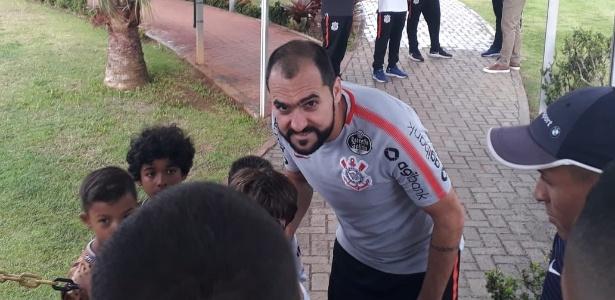 Danilo tira fotos no CT Joaquim Grava: meia está perto de adeus so Corinthians - Diego Salgado/UOL Esporte