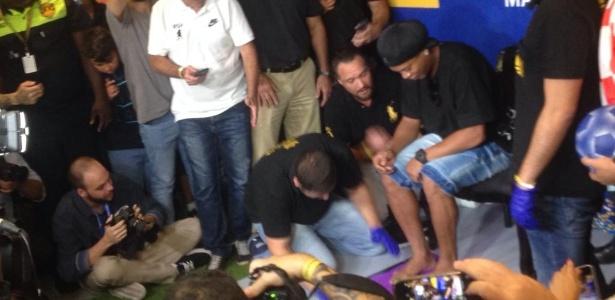 Ronaldinho Gaúcho coloca seus pés na Calçada da Fama do Maracanã