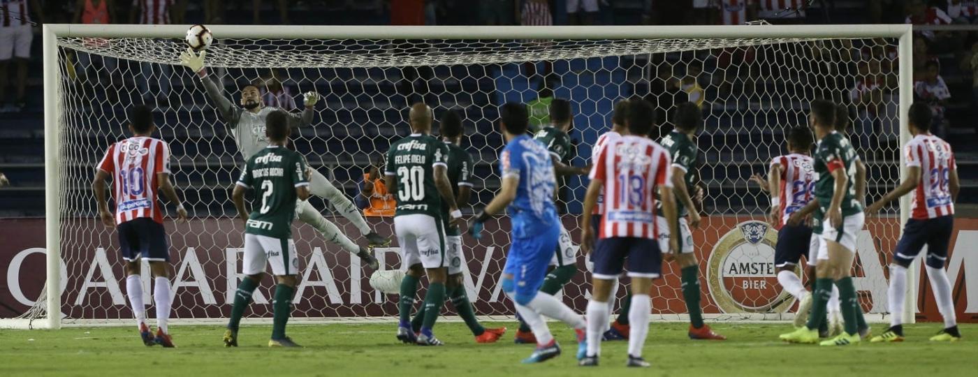 Weverton faz defesa pelo Palmeiras contra o Junior Barranquilla - Cesar Greco/Ag. Palmeiras/Divulgação