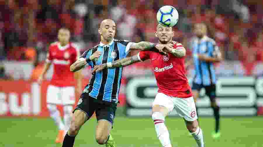 Natanael (d) pode deixar o clube já que não tem espaço para atuar nesta temporada - Pedro H. Tesch/AGIF