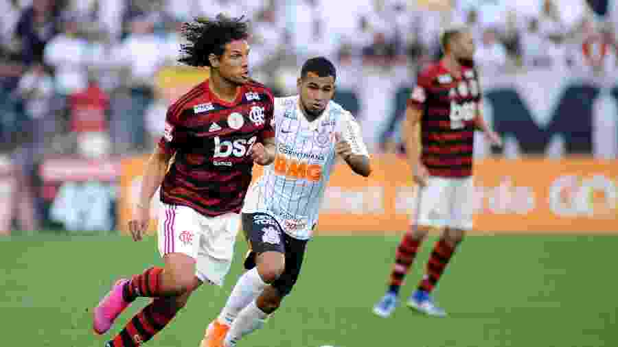 Willian Arão conduz a bola acompanhado pela marcação de Sornoza em Corinthians X Flamengo pelo Campeonato Brasileiro - Alan Morici/AGIF