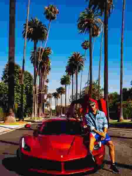 Hamilton publicou foto ao lado de Ferrari - Reprodução/Instagram
