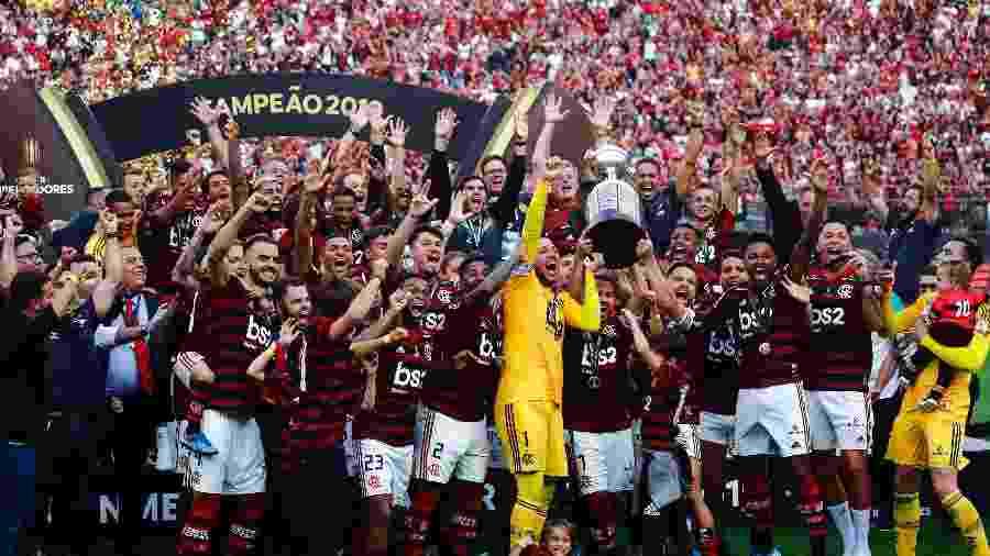 Flamengo ergue a taça de campeão da Copa Libertadores da América 2019, em Lima - Marcos Brindicci/Jam Media/Getty Images
