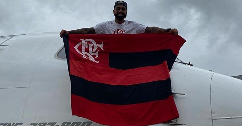 Gabigol exibe bandeira do Flamengo na cabine do piloto