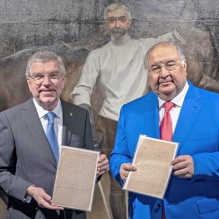 Thomas Bach e Alisher Usmanov com manuscrito do barão de Coubertin - IOC / GREG MARTIN