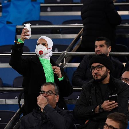 Torcedora no Santiago Bernabéu com máscara de proteção; Campeonato Espanhol é suspenso - Pierre-Philippe Marcou/AFP