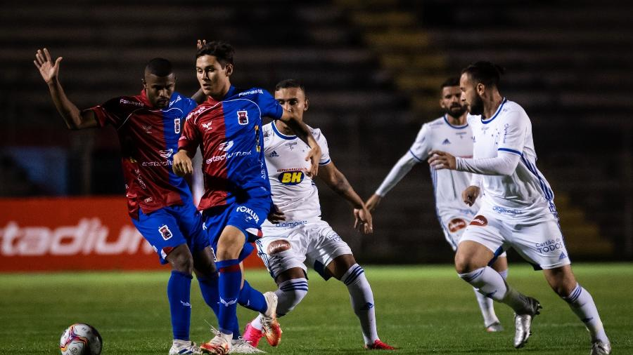 Paraná, já rebaixado, e Cruzeiro, que se mantém na Série B, fizeram um jogo abaixo da crítica no Durival Britto - Bruno Haddad/Cruzeiro
