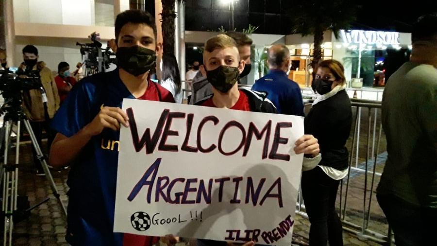 Ilir (d) e Samuel (e) são fãs de Messi e esperam delegação argentina em Brasília - Marinho Saldanha/UOL
