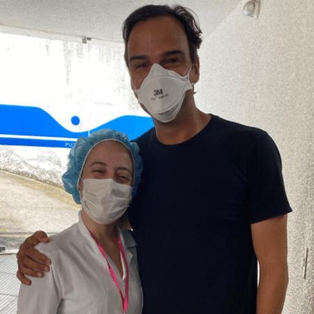 Tadeu Schmidt posa ao lado de Ananda Madeira, profissional de saúde que o vacinou - Reprodução/Instagram