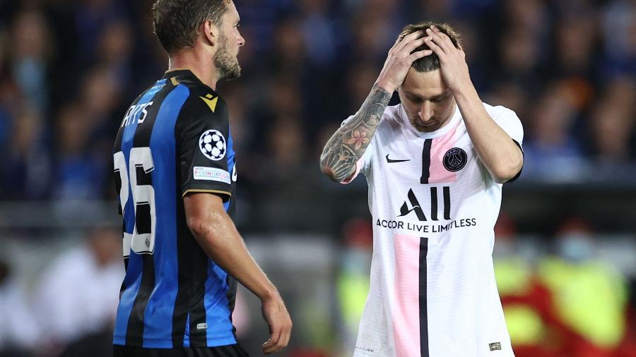 Messi lamenta durante a partida entre Brugge e PSG, pela Liga dos Campeões -  KENZO TRIBOUILLARD / AFP