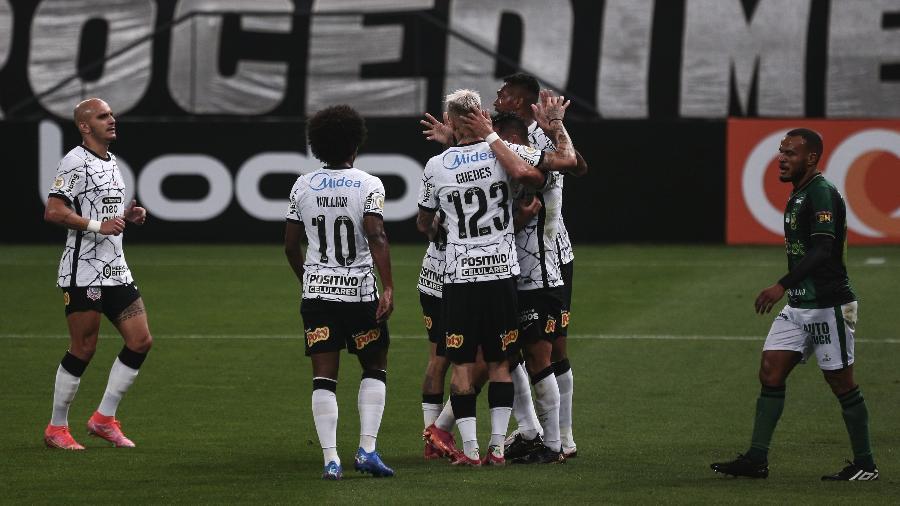Jogadores do Corinthians comemoram gol marcado por Giuliano diante do Amética-MG - Ettore Chiereguini/AGIF