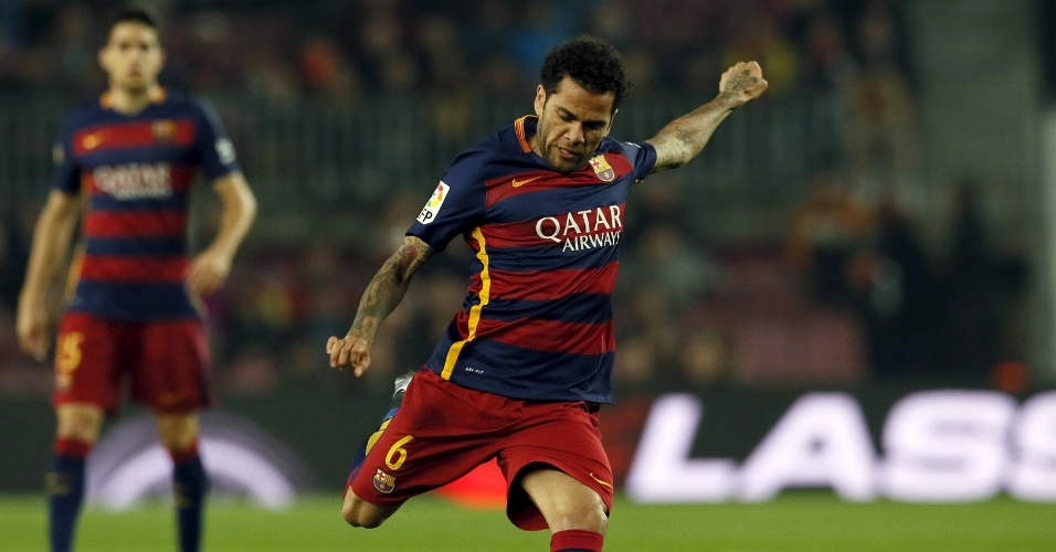 Daniel Alves prepara o chute que resultou no primeiro gol do Barcelona, no Camp Nou