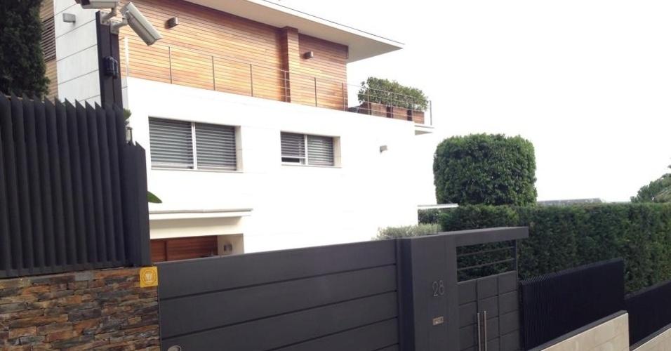 A mansão que Neymar alugou em Barcelona tem três andares, cinco suítes, piscina e estátuas de mármore no quintal. Do terraço é possível ver o estádio Camp Nou