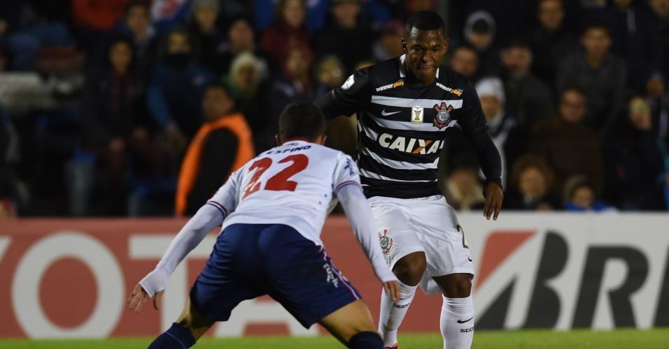 Alan Mineiro carrega a bola para o Corinthians contra o Nacional, na Libertadores
