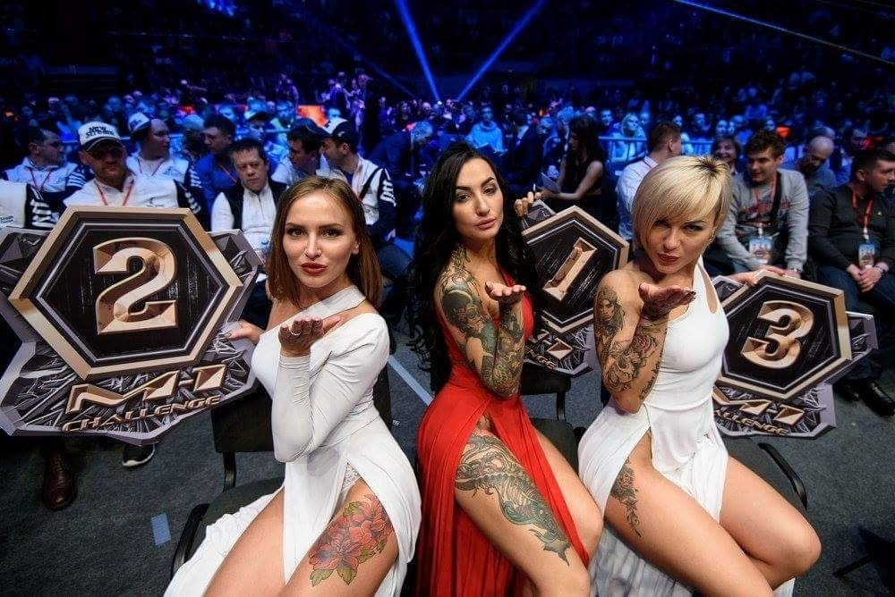 Evento de MMA russo usa ring girls com vestido longo e decotes invocados