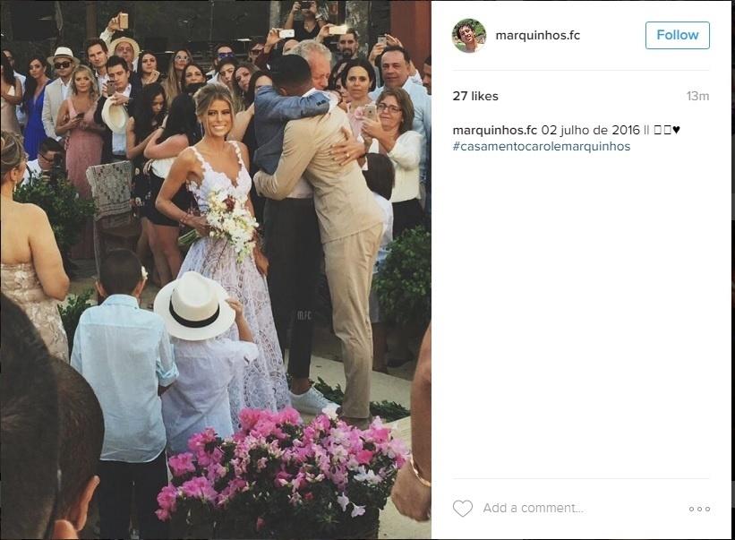 Marquinhos e Carol Cabrino são cumprimentados após casamento