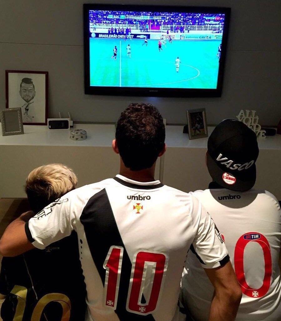Fora de jogo, atacante Nenê acompanha Luverdense x Vasco da Gama pela televisão