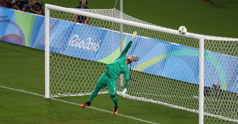 Chute de Julian Brandt, da Alemanha, acerta o travessão e o goleiro Weverton tenta bloquear