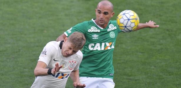 Volante Gil foi uma das vítimas fatais do desastre aéreo da Chape em novembro; jogador tinha contrato com o clube catarinense até o fim de 2017 - Reinaldo Canato /UOL