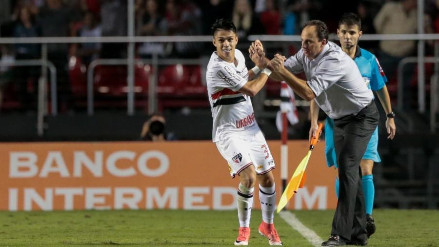 Rogério Ceni, quando era técnico do São Paulo, com Luiz Araújo  - Marcello Zambrana/AGIF
