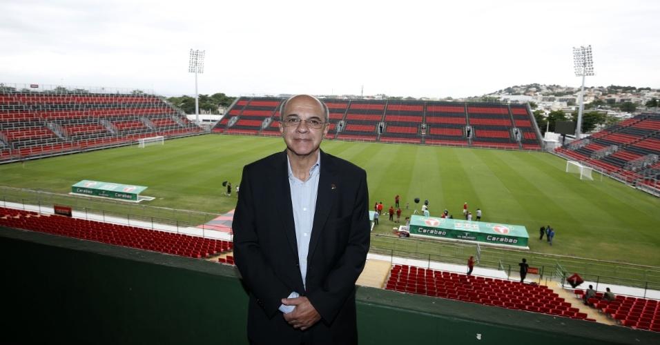 O presidente Eduardo Bandeira de Mello posa na Ilha do Urubu, estádio do Flamengo