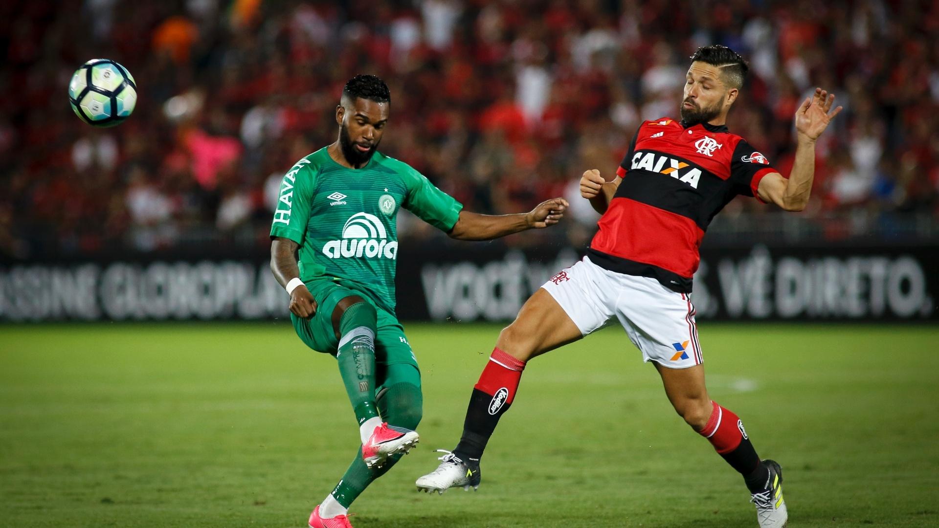 Luiz Antônio divide bola com Diego na partida entre Flamengo e Chapecoense