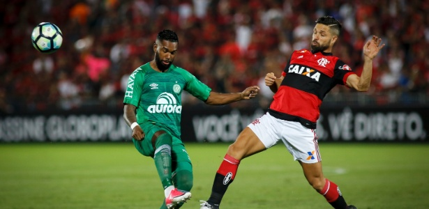 Luiz Antônio, da Chape, disputa bola com Diego, do Flamengo, em jogo do Brasileirão