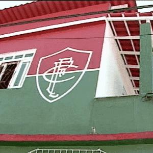 Não, esta casa não fica no Rio de Janeiro, mas no Espírito Santo, onde um fanático pelo Fluminense personalizaou a fachada da casa - Reprodução/Folha Vitória