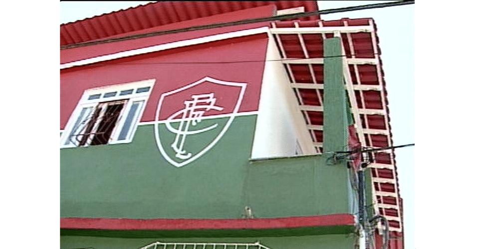 Não, esta casa não fica no Rio de Janeiro, mas no Espírito Santo, onde um fanático pelo Fluminense personalizaou a fachada da casa