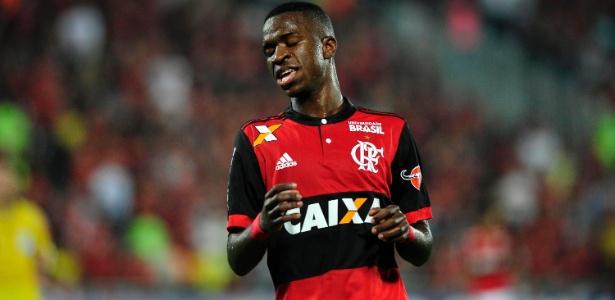 Vinicius Junior, do Flamengo, em ação durante jogo contra o Atlético-GO - Dhavid Normando/Futura Press/Estadão Conteúdo
