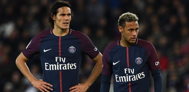 Edinson Cavani e Neymar durante partida do PSG contra o Lyon