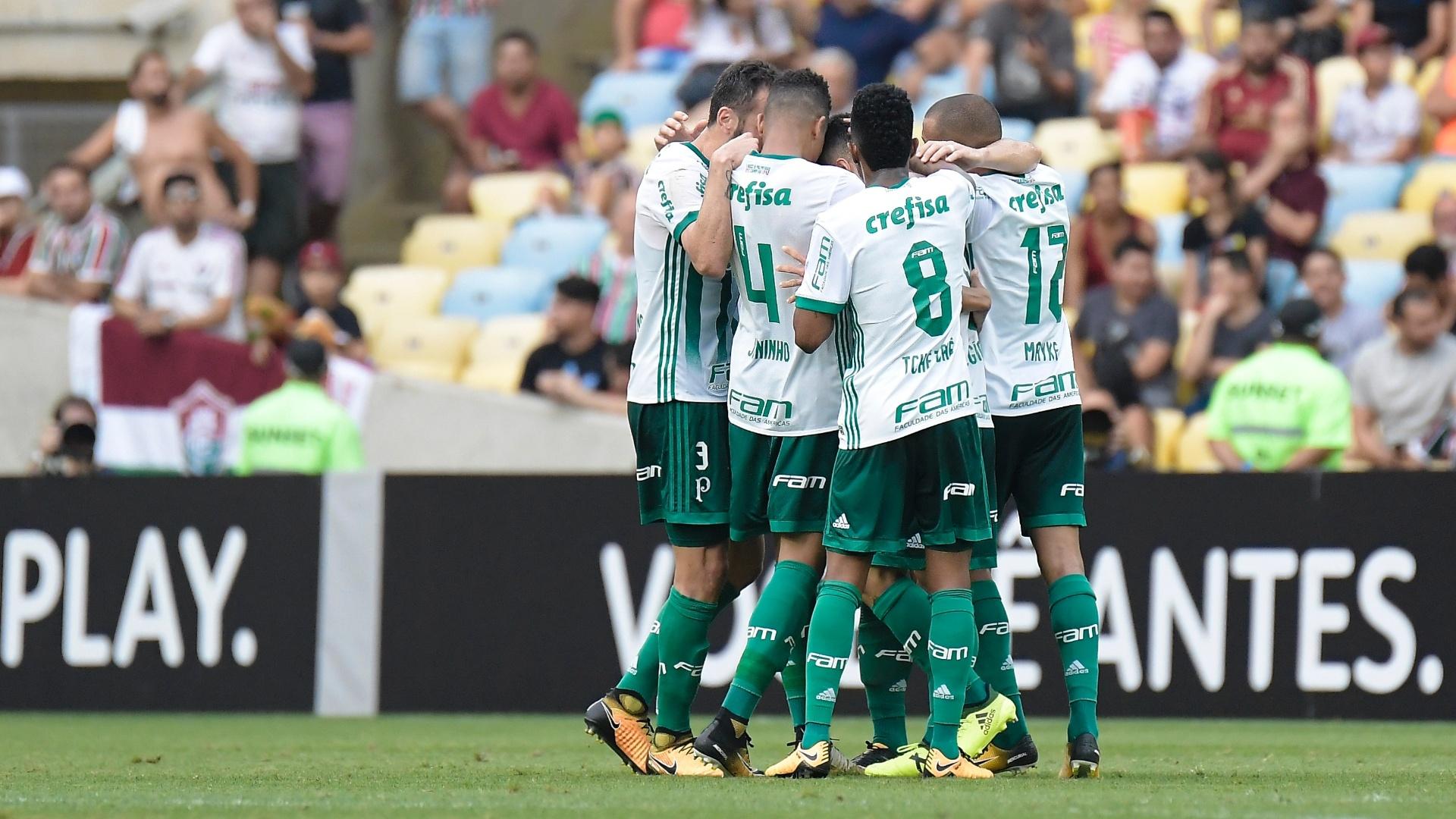 Jogadores do Palmeiras comemorando o gol durante partida contra o Fluminense pelo Campeonato Brasileiro