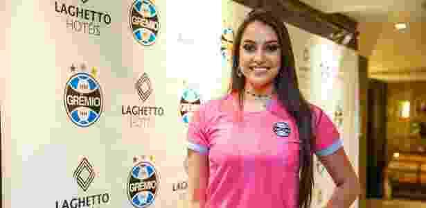 Grêmio lança camisa rosa e estuda modelo masculino após pedido da torcida.  Divulgação Grêmio. Grêmio lançou camisa rosa ... c91d38432742e