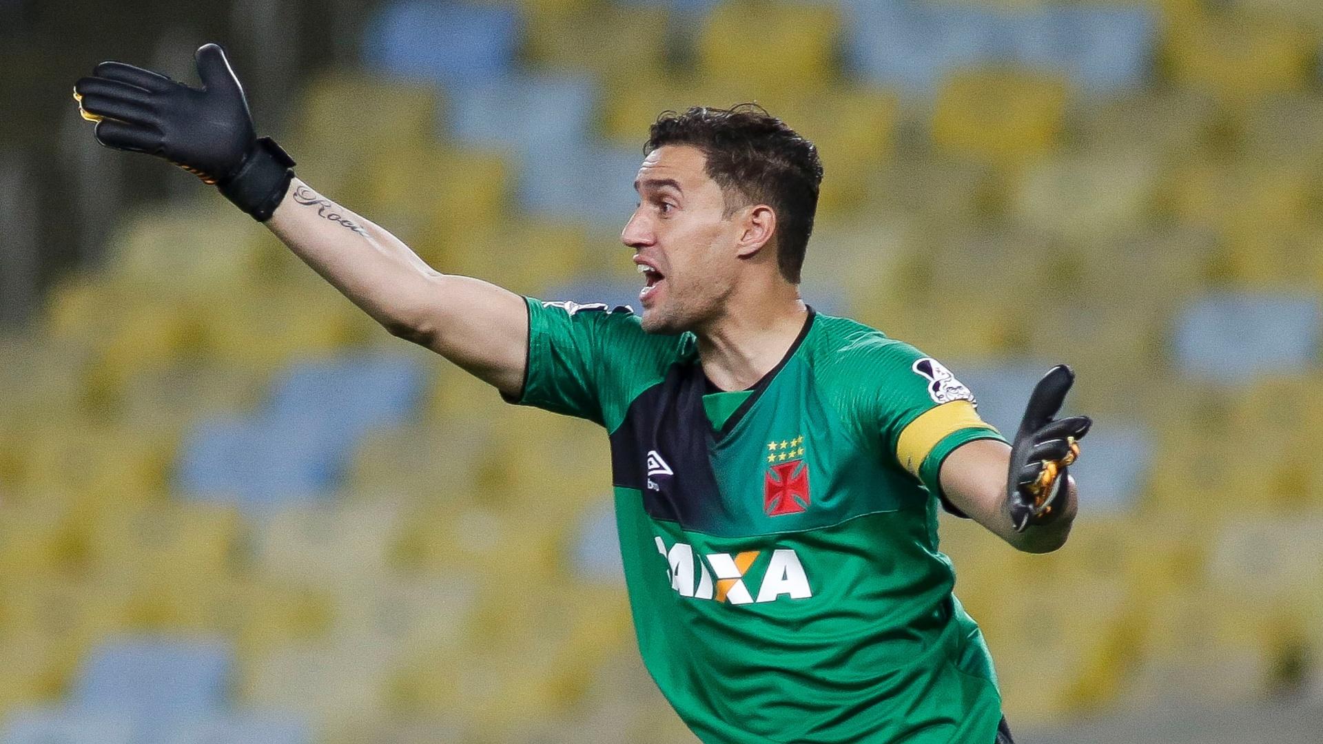 O goleiro Martín Silva cobra seus companheiros de Vasco no clássico contra o Botafogo