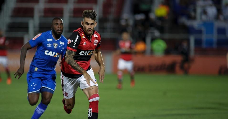 Felipe Vizeu disputa bola com Manoel em Flamengo e Cruzeiro pelo Campeonato Brasileiro
