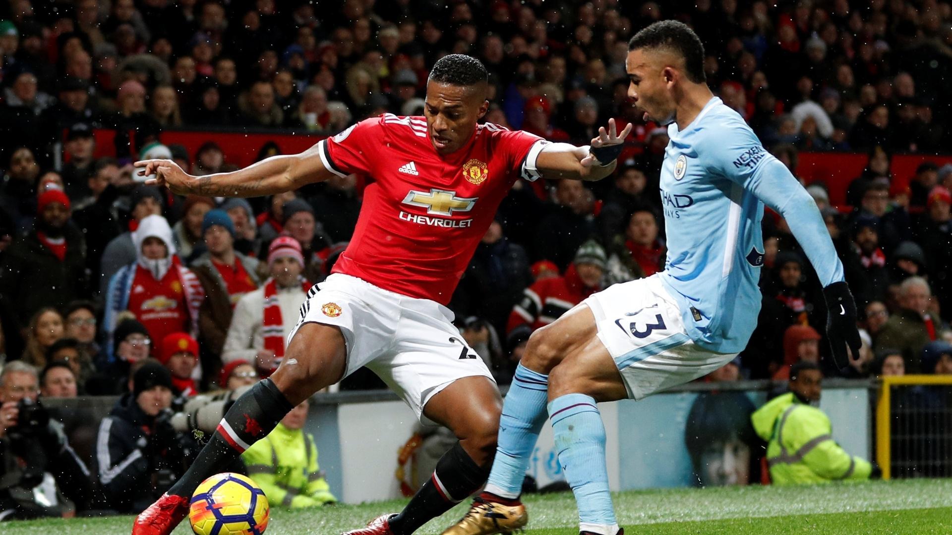 Gabriel Jesus e Valencia disputam bola em Manchester United x Manchester City