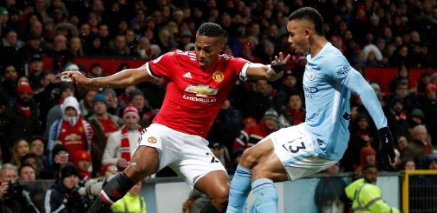 Gabriel Jesus em lance do clássico entre United e City