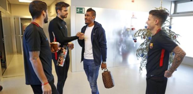 Philippe Coutinho conversa com Luis Suárez, Gerard Piqué e Paulinho