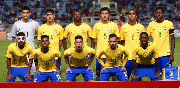 Lincoln (terceiro da esq. para dir.), Paulinho (7) e Vinicius Jr. (11) na sub-17