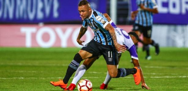 O meia Everton em lance da partida entre Defensor e Grêmio, pela Libertadores