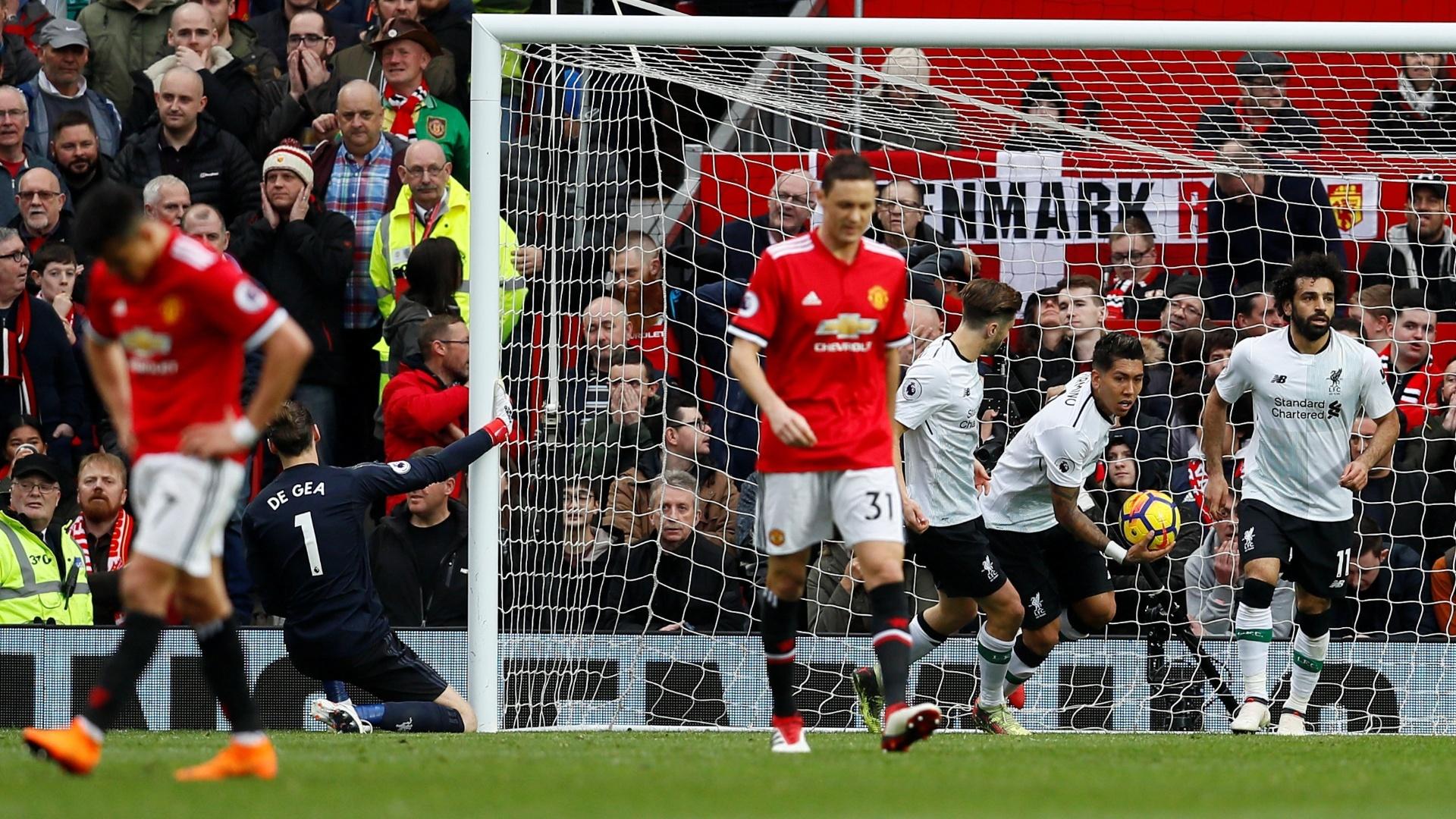 Jogadores do Liverpool comemoram após gol contra do zagueiro do United