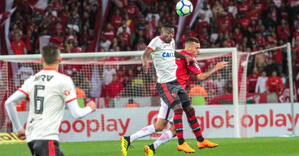 Marlos Moreno disputa bola no alto durante Internacional x Flamengo