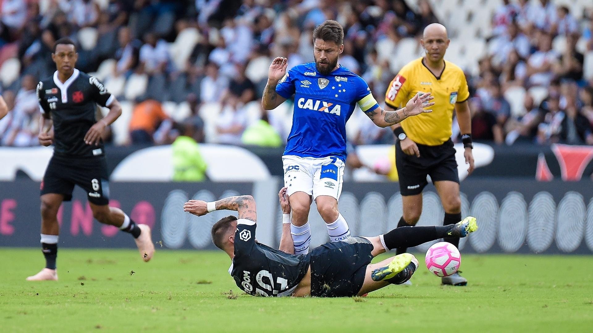 Rafael Sóbis, do Cruzeiro, disputa bola com Bruno Cosendey, do Vasco