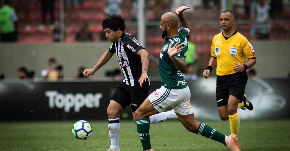 Luan escapa da marcação de Felipe Melo na partida Atlético-MG x Palmeiras  pelo Campeonato eba768b179e5c