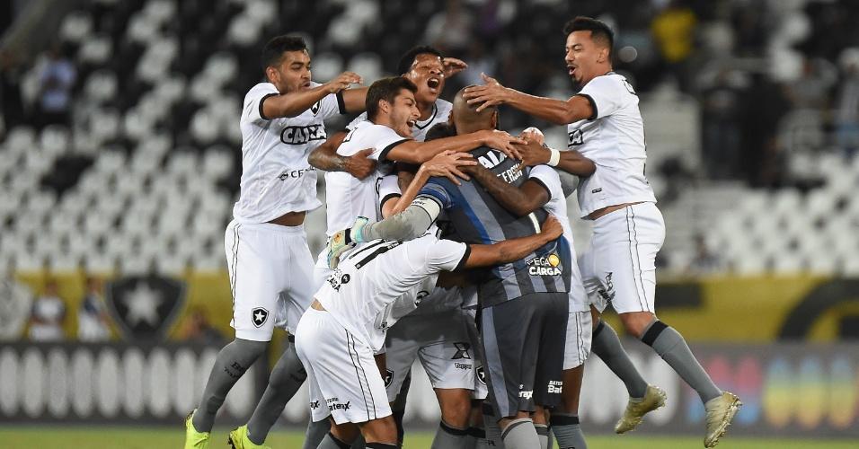 Jogadores do Botafogo comemoram gol com Jefferson
