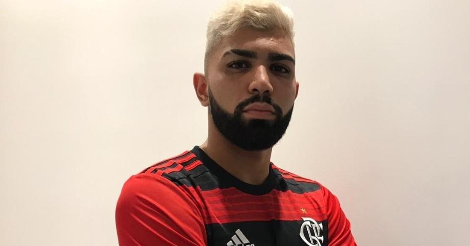Gabigol veste a camisa do Flamengo