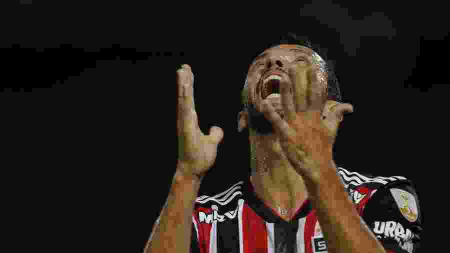 Meia Nenê, ainda no São Paulo, segue na mira do Fluminense - DIEGO LIMA / AFP
