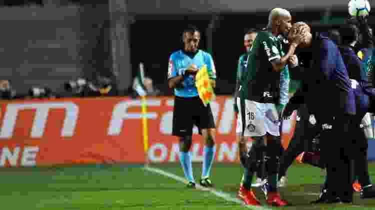 Deyverson beija Felipão após anotar gol na vitória do Palmeiras sobre o Santos pelo Campeonato Brasileiro - Alan Morici/AGIF - Alan Morici/AGIF
